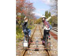 レールの左右に1台ずつ自転車を配置した、レールマウンテンバイクの基本車両。電動アシストを使ってのんびり線路の上をサイクリング。
