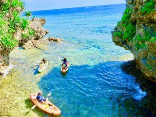断崖絶壁沿いを漕いで青の洞窟へアプローチ。海岸線のロックオーシャンを楽しもう!
