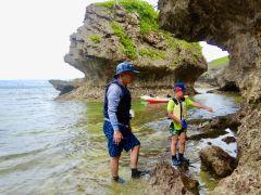 上陸してちょっと休憩したら、岩場の海岸線を探検しましょう!