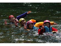ドライスーツやウェットスーツ、ライフジャケットで完全装備なので、親子で川流れを楽しんでください!