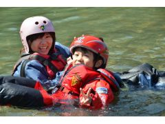 泳ぎが苦手な人やちびっこもライフジャケットを着ているし、ウェアも完璧なのでどんどん川の中に入って遊べます!