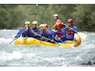 十勝川のラフティングは小学1年生から参加可能。だからといって、全コース緩やかなわけではありません!?白波立つ激流区間は、水しぶきがばっしゃーん!!