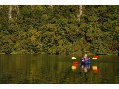 ラフティング区間が終わったら、河原でカヌーに乗り換えてくったり湖へ漕ぎだします。後半はのんびり自然に癒されてください!