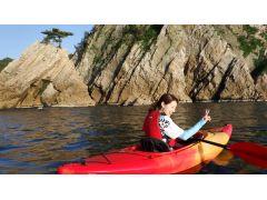 ジオパークの海岸線をカヌーで楽しむ