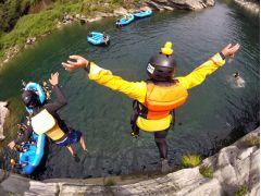 コースの途中では岩からの飛び込みジャンプにも挑戦だ