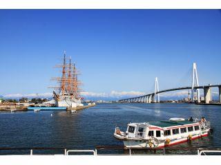 搭乗口の風景です。立山連峰を背景に海王丸と新湊大橋が見えます。