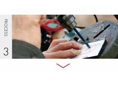 デザインを生地に貼り、フロントの内径を切削する際に糸のこぎりを通すための穴をあけます。※職人がおこないます