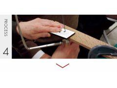 あけた穴に糸のこぎりを通して、デザインに沿って内径を削ります。