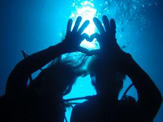 青の洞窟で「青いハート」が浮かび上がる~。 貸切り制だから出来るカップルだけの特別な記念撮影!