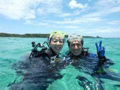 ダイビングの後の最高な笑顔!沖縄の美ら海でダイビングしちゃったら、あなたもきっとこんな笑顔になること間違いなし!