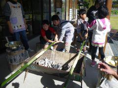 炭火で竹に焼き付けいきます。もちろん、火おこしもやりますよ♪