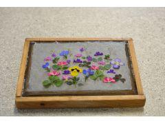 自分で摘んだ草花を漉いた和紙の上にアレンジします