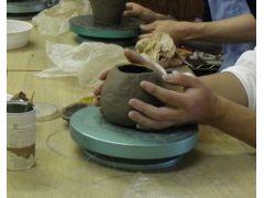 手ろくろを自分でクルクルと回しながら自由な形を作ります!