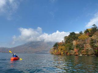 中禅寺湖湖畔の赤や黄色に紅葉した絵画のような木々を眺めながらのパドリング