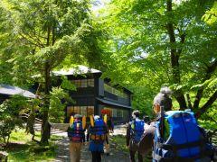 大使館別荘記念公園の美しい森を抜けて進んでいきます。