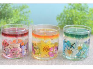 ジェルの中に押し花が入ってきれい♪上部の色は自分で混ぜて作ります。