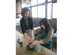 「てびねり」は紐状の粘土をぐるぐる積み上げて成形します。指のあとが残るので、ロクロ成形とは違った味わいのある作品に仕上がりになります。