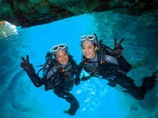 神秘的な青の洞窟でダイビング