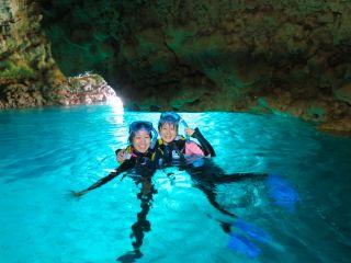 輝く青の洞窟をバックに記念撮影