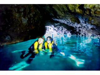 振り返ると、水面が青く輝き神秘的! 時間を忘れて洞窟内に打ち寄せる波の音を聞きながら癒されよう。