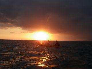 海の上で海に沈んでいく大きな夕陽を見れるなんて。。とっても贅沢なふたりの思い出