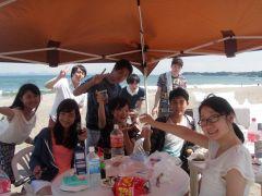 ビーチでカンパ~~いぃ、夏の日差しの下での飲み会BBQ