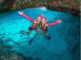 水面が青く輝く洞窟。神秘空間に心わしづかみ。