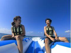 水しぶきを浴びながらバナナボートで爽快体験♪
