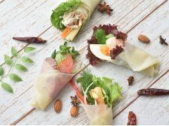 おすすめ「中華クレープ」野菜、ソース、スパイスなど40種類以上のトッピングからオリジナルで選べる♪