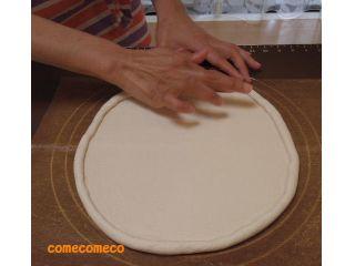 米粉のピザ生地を手でこねて生地が出来たら、ピザの形に丸く伸ばしていきます。