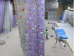 背後にはクライミング壁!ロープクライミング講習もやっています!