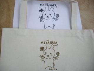 描いたイラストをトートバッグに彫刻してオリジナルのバックの出来上がり! トートバッグは一番人気!