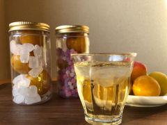 3種類の砂糖からお好みの砂糖を選んで2本漬け込みます。梅ジュースの飲み比べができます。