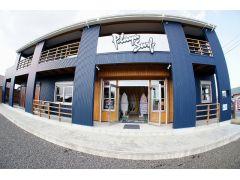 お店は2001年にスタート、2010年にリニューアルしました。ビーチまで徒歩可能な大駐車場があります。