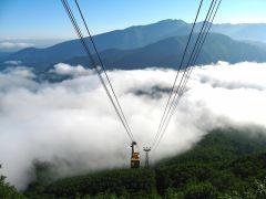 雲海を抜け出す黒岳ロープウェイ。