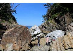 津波によって海底から打ち上げられた大きな岩を見て、津波の持つすさまじいエネルギーを実感。