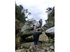 人と比べると岩の大きさがわかりますね