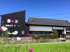 江戸時代から使われてきた長屋門をスタッフもお手伝いして改築。長屋門をくぐるとショートトリップしたかのような非日常感を味わって頂けます。