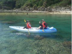 カヤックは2人乗りなので安心感があります。息を合わせてパドルを漕いで、秘密のビーチを目指します。