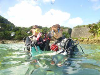 体験ダイビングスタート、まずは浅瀬で練習開始!
