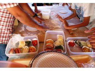 米粉入りの生地を練りお好きな具材を自由にトッピングし、その後石窯で焼いて、鯉艸郷園内の自然に囲まれた中 オリジナルの熱々できたてピザでランチタイム◎