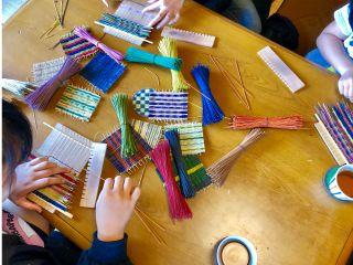 色とりどりの「い草」を一本一本織っていきます。色の選び方や組み合わせで全く違った雰囲気のコースターが出来上がります。