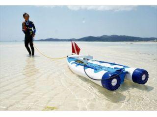 スヌーバとは、エアタンクを乗せたゴムボートを海に浮かべ、そこに空気ホースをつないで呼吸する新しいマリンスポーツです。