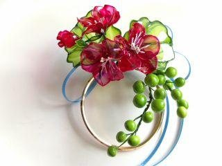 完成見本です。ゼラニウムの花の色と葉の色が選べます。装飾のリボンは2色から選べます。