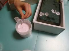 色のついた膜が張ったらオアシスに差して乾かします。