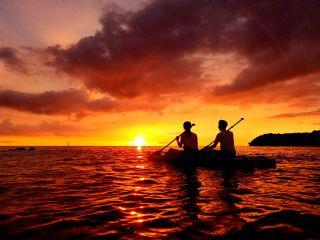沖縄の東シナ海に漕ぎだせば、そこには幻想的な景色が。一日の終わりに素敵なサンセットタイム過ごそう。