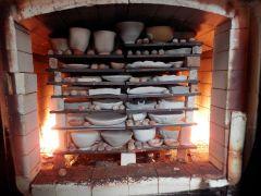 本格的な窯で焼きあげます♪焼成前の作品がずらり。