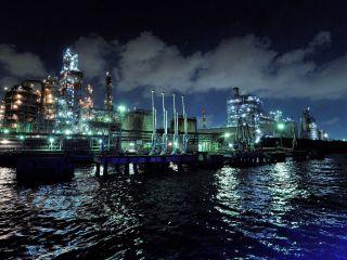 ジャングルのようにそびえ立つ、京浜運河工場群の夜景をクルーザーで鑑賞する夜間限定クルーズプランです。