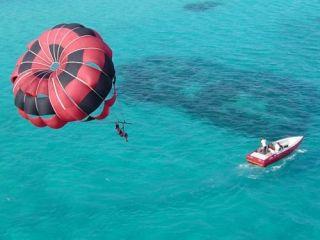 上空から美しい沖縄の風景を眺められます