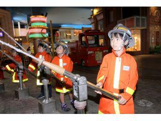 大人気!消防士になって消火活動を体験